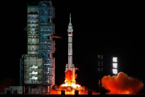 Bildet viser oppskytningen av en kinesisk Long March-rakett, som bærer romfartøyet Shenzhou-13 ut i verdensrommet. Samme type rakett ble angivelig testet ut med en glidefarkost i sommer.