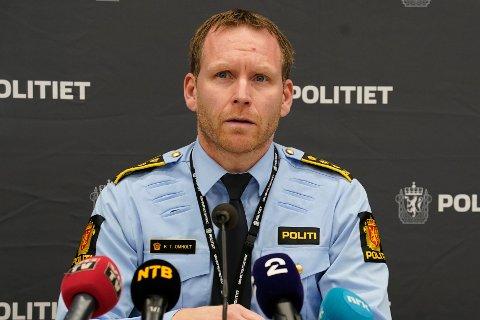 Politiinspektør Per Thomas Omholt redegjør for utviklingen drapssaken på Kongsberg mandag ettermiddag. En mann drepte fem personer og skadd tre onsdag kveld. Foto: Terje Bendiksby / NTB