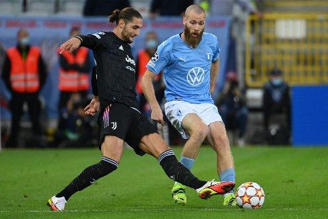 Jo Inge Berget kjemper om ballen med Adrien Rabiot fra Juventus under Champions League-kampen i Malmö 14. September. Juventus vant kampen 3-0.