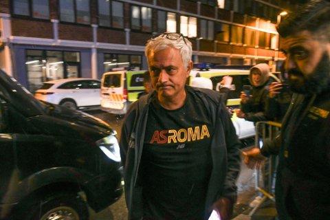 KAMPKLAR: José Mourinho og hans AS Roma møter Bodø/Glimt på Aspmyra torsdag. Her er portugiseren utenfor Scandic Havet, der laget oppholder seg mens de er i Bodø.