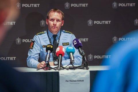 Politiinspektør Per Thomas Omholt redegjør for utviklingen i drapssakene på Kongsberg torsdag ettermiddag. Foto: Beate Oma Dahle / NTB