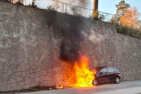 Bilbrannen skjedde ved Høvik fredag morgen. Foto: Geir Karlsen / NTB
