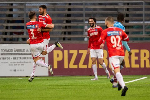 Mahmoud Laham (nummer to fra venstre) var blant Kongsvingers målscorere i seieren som sikret opprykk til 1. divisjon lørdag. Bildet er fra en kamp i fjorårets sesong. Foto: Terje Pedersen / NTB