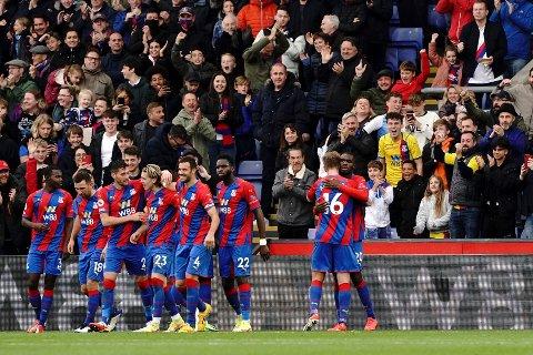 Crystal Palace-spillerne jubler etter Christian Bentekes mål i 1-1-kampen mot Newcastle. Foto: Jonathan Brady / PA via AP / NTB