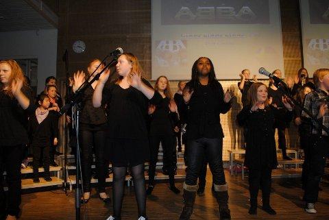 ABBA: Det unge koret fra Oppsal kan mer enn å synge, her danses det til Abba-rytmer. alle FOTO: CARIMA HEINESEN