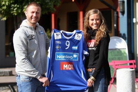 """Ny logo: Ingrid Ness Rolland fra MOT og Alexander Faye-Schjøll fra BSK/NIF med A-lagets """"nye"""" drakt."""