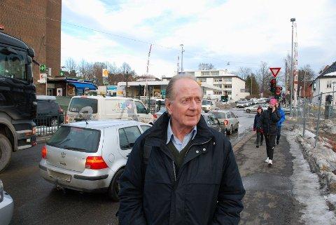 Eystein F. Husebye har i likhet med mange andre advart mot følgene av det kaotiske trafikkområdet. Her står han i det området hvor dødsulykken skjedde 31. oktober.