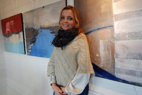 Hjemme henger bildene: Tone Thiis bor i et hus fyllt med kunst. Bildene er hennes egne.