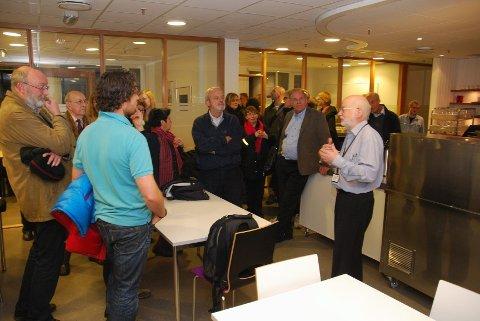 Leder av Byutviklings- og samferdselskomiteen, Arne Helgerud, informerer de som kommer om at møtet må flyttes.