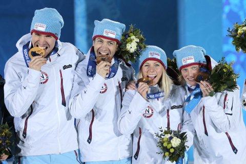GULLGJENG: Ole Einar Bjørndalen ble i løpet av Sotsji-OL tidenes vinterolympier. Her feirer han gullet på mix-stafetten med Emil Hegle Svendsen, Tiril Eckhoff og Tora Berger.