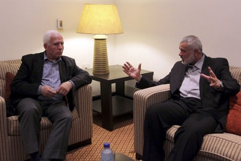 Ismail Haniyeh (t.h.), statsminister for Hamas-regjeringen på Gazastripen, i møte med Fatah-representanten Azzam al-Ahmed i Gaza by torsdag, dagen etter at de ble enige om en forsoningsavtale.