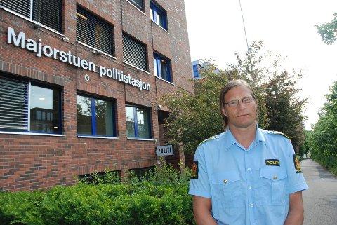 Ordenssjef på Majorstuen politistasjon, Bjørn Pedersen, er bekymret over utviklingen med omsetting av narkotika i hemmelige nettverk. Nylig pågrep hans tjenestemenn en mann for dette, men etterforskningen er svært krevende.
