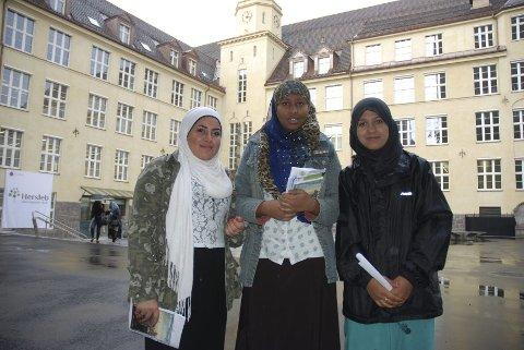 FRAMTIDAS HELSEARBEIDERE: Sara Rekhan Hatim, Bahjo Hussain, Amina Akhtari har hatt første dag på Hersleb Videregående skole. Foto: Anne MArie Huck Quaye
