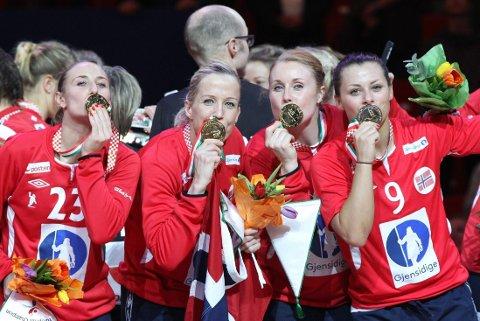 GULLJENTER: Camilla Herrem, Heidi Løke, Karoline Dyhre Breivang og Nora Mørk kan glise. De har vunnet EM-gull med Norge.