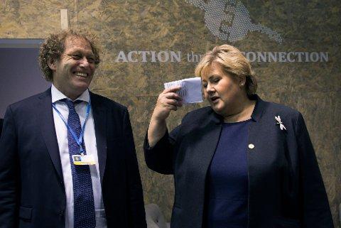 Bellonas Fredric Hauge med statsminister Erna Solberg under FNs klimakonferanse i Paris 2015. Lørdag kveld uttrykte begge tilfredshet over en global klimaavtale.