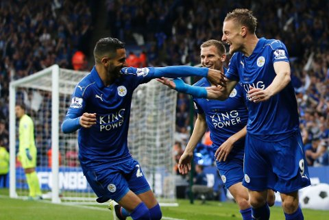 SUVEREN VINNER: Leicester og toppscorer Jamie Vardy (til høyre) feiret det høyst usannsynlige Premier League-gullet med å slå Everton hjemme i mai. Nøkkelspiller Riyad Mahrez (til venstre) og Marc Albrighton er også med mesterklubben videre.
