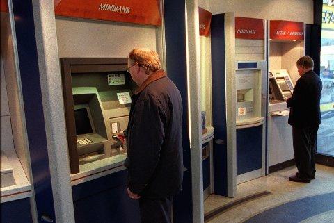 KONTANTUTTAK: Fra 1. januar vil det koste 10 kroner å ta ut kontanter i DNBs minibanker. Det mener Pensjonistforbundet er dårlig gjort mot de eldste pensjonistene.