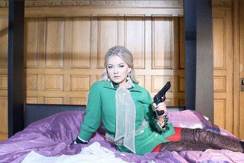 Astrid S begår et stort ran i musikkvideoen til «Breathe».