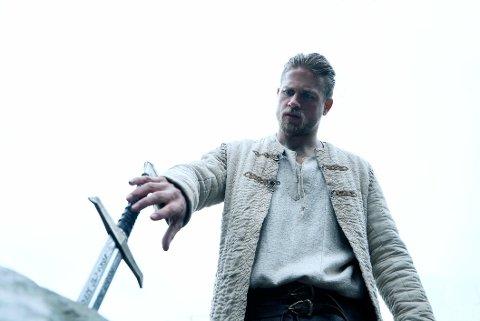 Charlie Hunnam som King Arthur.