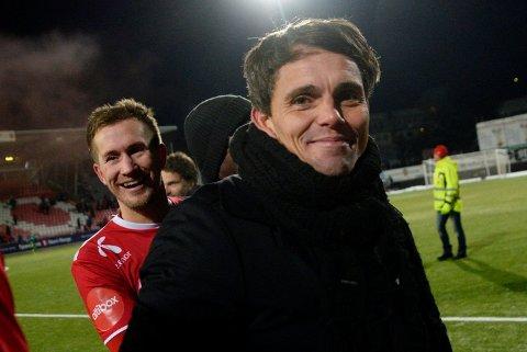 TRYGG PLASS: Morten Gamst Pedersen og Tromsø-trener Simo Valakari (foran) kan puste lettet ut - TIL spiller i Eliteserien også i 2018.