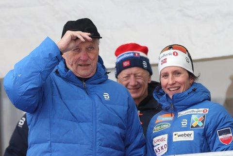 Gratulerer med dagen Kong Harald :-) Arkivfoto: Kong Harald sammen med Marit Bjørgen på kongetribunen under ski-NM på Gåsbu i 2018.