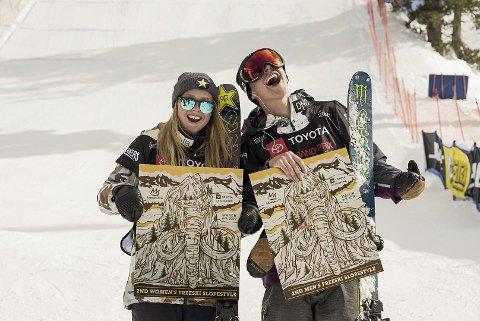 Ferdinand Dahl og Johanne Killi jubler etter hver sin annenplass i slopestyle i Mammoth Mountain. Foto: Norges Skiforbund / NTB scanpix