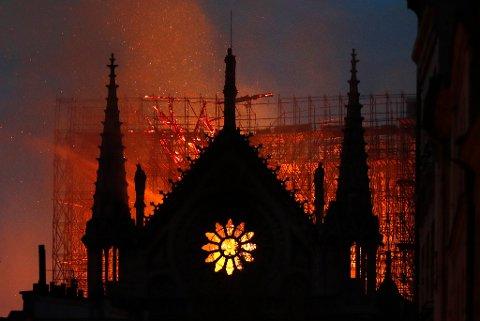 Brannen spredte seg raskt i gamle trekonstruksjoner i Notre-Dame, men noen av de viktigste kunstskattene ble reddet ut i tide.