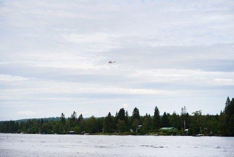 ULYKKE: Et redningshelikopter over stedet der et fly med ni fallskjermhoppere gikk ned i Umeå søndag ettermiddag. Alle om bord i flyet er bekreftet omkommet. Foto: Samuel Pettersson / TT / NTB scanpix
