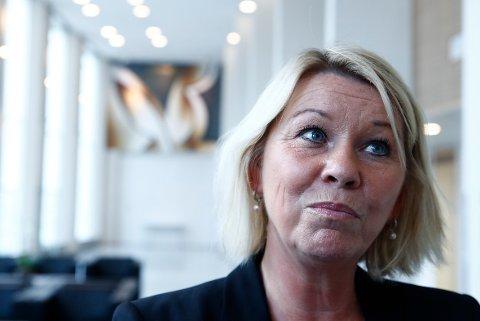 Kommunal- og moderniseringsminister Monica Mæland raser etter at NRK har forsøkt å lure elever ved skolevalg.