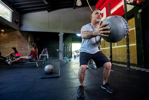 STYRKETRENING: Voksne anbefales å trene styrke to ganger i uka - i tillegg til 150 minutter aktivitet med moderat intensitet eller 75 minutter med høy intensitet.
