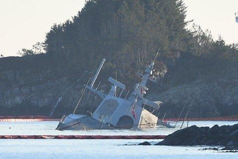 FOR ETT ÅR SIDEN: Den havarerte fregatten KNM Helge Ingstad ved Øygarden i Hordaland 19. november i fjor.
