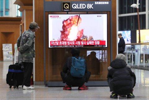 NY ADVARSEL TIL NORD-KOREA: USA advarer Nord-Korea om konsekvensene dersom de gjør alvor av trusselen om å utføre en våpentest innen utgangen av året.Her ser tilskuere på den TV-sendte oppskytingen torsdag.