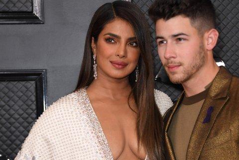 Priyanka Chopra og ektemannen Nick Jonas fra trioen Jonas Brothers på den røde løperen.