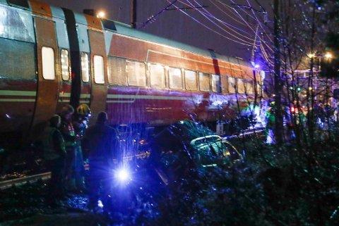 MANN OMKOM: En mann i 30-årene omkom da en bil ble truffet av toget på en planovergang i Vikersund i Modum tirsdag kveld.