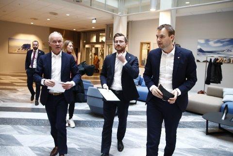 NYE MÅL: Finansminister Jan Tore Sanner (H), klima- og miljøminister Sveinung Rotevatn (V) og barne- og familieminister Kjell Ingolf Ropstad (KrF) før en pressekonferanse om Norges forsterkede klimamål for 2030.