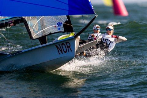 Helene Næss og Marie Rønningen hevet seg under onsdagens seilaser under VM i Australia. Foto: Sailing Energy / Handout / NTB scanpix