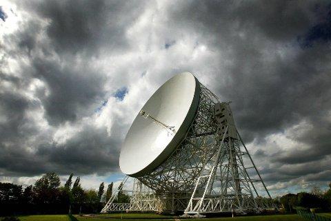 Det er Lovell-teleskopet i England som observerte og fanget opp signalet «FRB 121102», som avgir gjentagende kortvarige radioglimt i et bestemt mønster. Teleskopet har en bredde på 76 meter.