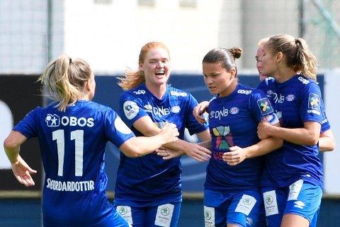 Vålerenga-spillerne feirer scoringen til Sherida Spitse i kampen mot Sandviken.