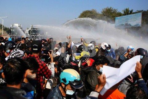 VANNKANONER: Politiet bruker vannkanoner mot demonstranter i Myanmar tirsdag. Det kommer også rapporter om at våpen med gummikuler er tatt i bruk. Bildet er tatt tirsdag i byen Naypyita.