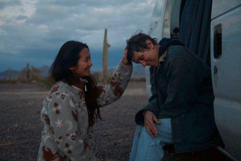 Regissør Chloe Zhao (til venstre) og Frances McDormand på settet til «Nomadland». Filmen ble den store vinneren under søndagens Bafta-utdeling, der Zhao og McDormand vant henholdsvis beste regi og beste kvinnelige hovedrolle. Foto: Searchlight Pictures via AP / NTB