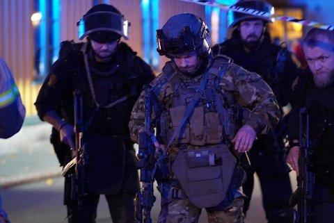 FLERE DREPTE: Bevæpnet politi saumfarte Kongsberg sentrum etter angrepet.