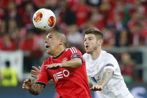 TIL LIVERPOOL: Alberto Moreno (i hvitt) er så godt som klar for Liverpool.