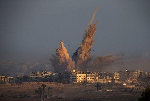 GAZASTRIPEN: Den snart tre uker lange voldelige konflikten har kostet minst 1.061 palestinere mistet livet. De fleste av dem var sivile. Bildet viser eksplosjonen etter et israelsk angrep nord på Gazastripen lørdag morgen, før våpenhvilen trådte i kraft.