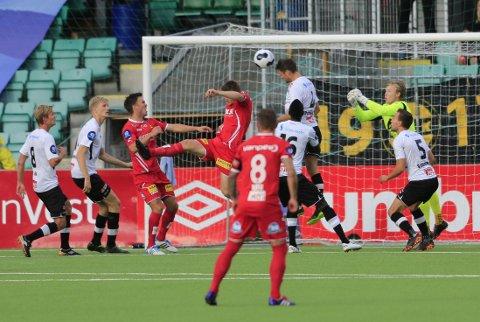 DUELLER: Kampen mellom Sogndal og Lillestrøm var en kamp med mange dueller og få store sjanser.