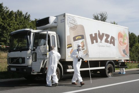 Politifolk fant mellom 20 og 50 omkomne i en lastebil som sto parkert ved en motorvei nærheten av byen Parndorf lengst øst i landet torsdag morgen.