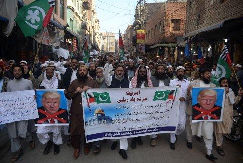 ANTI-TRUMP: Rasende demonstranter gikk i gatene i Palestina fredag, i protest mot Trumps Jerusalem-anerkjennelse.