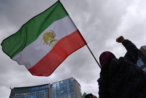 De tar bilder av folk som deltar i demonstrasjoner mot Irans regime, gjenkjenner og etter hvert følger tett hva de gjør.
