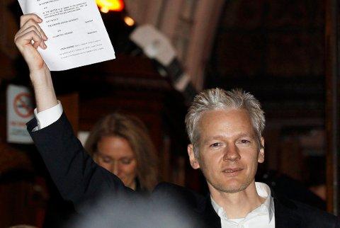 LONDON: WikiLeaks-grunnleggeren Julian Assange utenfor en domstol i London i desember 2010. Arkivfoto: Stefan Wermuth / AP / NTB scanpix