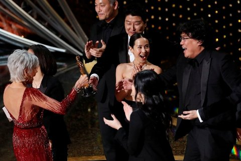 SØR-KOREANSK SENSASJON: Kwak Sin Ae (midten) og Bong Joon Ho (til høyre) skriver Oscar-historie. Filmen «Parasite» er første ikke-amerikanske vinner av prisen for beste film.