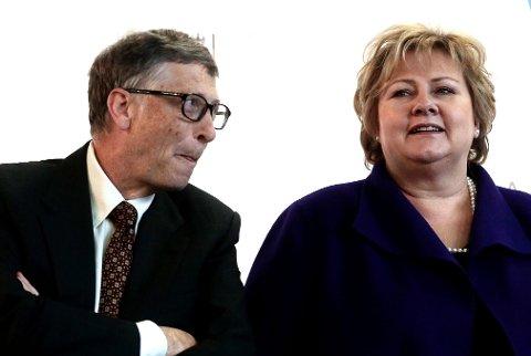 En ny undersøkelse viser at mer enn 25 prosent av alle amerikanerne og 44 prosent av Republikanerne tror på en konspirasjonsteori om at Bill Gates bruker en vaksine mot koronaviruset for å spore befolkningen med mikrobrikker. Her er Bill Gates og Erna Solberg på giverkonferansen til GAVI i 2015.
